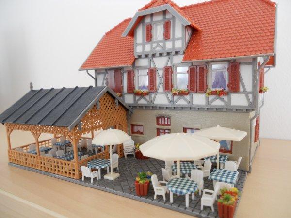 En attendant le beau temps, j'ai sorti les tables, les chaises et les parasols...