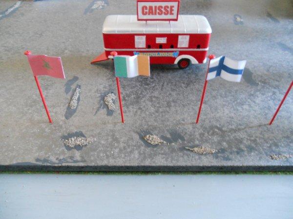 Festival international : les drapeaux devant le chapiteau.