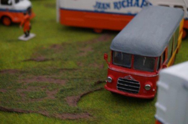 Un intrus : la petite camionnette Citroën transport de chimpanzés !