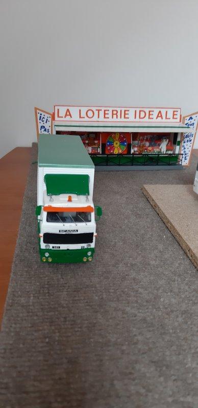 Camion Scania porteur de la remorque loterie :