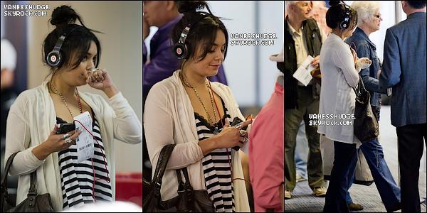-  21/05/11 : Miss hudgens était de retour pour aller à Memphis, elle a été apperçue à l'aéroport de LAX écoutant de la musique.-