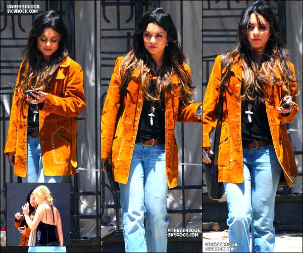 """-  21/05/11 : Vanessa sortant du restaurant """"Gjelina"""" en compagnie d'une amie ! Elle a resorti sa tenue affreuse. FLOP ! Avis ?-"""