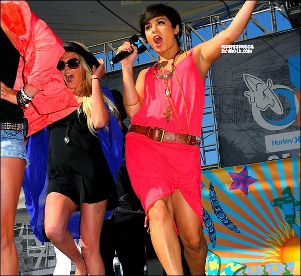 """-  04/08/11 : Miss hudgens était prèsente à Huntington Beach, plage de Californie pour l'evenement """"walk the walk"""" organisée par Hurley, toute de rose vétu, souriante ! C'est un TOP pour ma part ! j'aime les accessoires. Vos avis ? -"""
