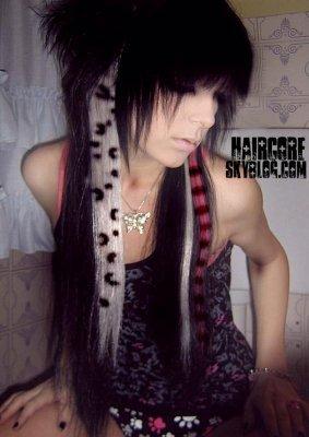 2#Comment crée des mèches tigré ou  Léopard avec trois fois rien?   Pour les mèches rayées:C'est simple, tu prends ton mascara, et tu fait des rayures sur la mèche désirée. Tu n'a pas besoin de mette du sprénet après. Tu peux le faire autant sur des cheveux synthétiques que sur des vrais cheveux. Si tu le fait directement dans tes cheveux, assure toi d'attacher tout le reste de tes cheveux pour pas qu'ils ne te dérange. =D Conseil:assure toi que la mèche désirée soit bien aplatie AVANT de mettre le mascara parce que tu neux pas applatir par la suite sinon sa va scraper ton fer plat.    Pour les mèches léopard:Aplatis bien la mèche désirée avant de commencer. Si tu le fait sur une rallonge, je te conseil de la mettre sur un papier journal et si tu le fait dans tes cheveux, je te conseil de mettre une bobépine ou une barette dans le haut de la mèche désirée, pour qu'elle soit égale. Par la suite, prend un crayon permanent et dessine simplement des mèche léopards sur ta mèche. =) Conseil:Met du spraynet sur ta mèche ( ou du gel ) car sinon le motif ne paraîtera pas..