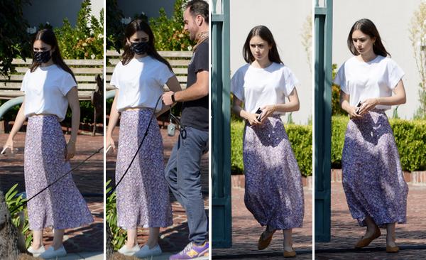 06 Octobre 2020 : Lily a été photographiée avec son fiancé alors qu'ils promenaient leur chien à Los Angeles.