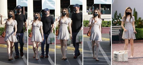 16 Octobre 2020 : Lily et Charlie ont été photographiés alors qu'ils faisaient quelques courses à Los Angeles.