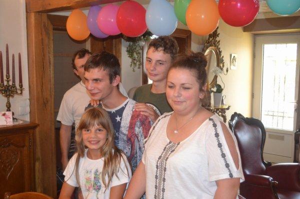 camille avec ses frere et sa cousine lola pour son anniversaire