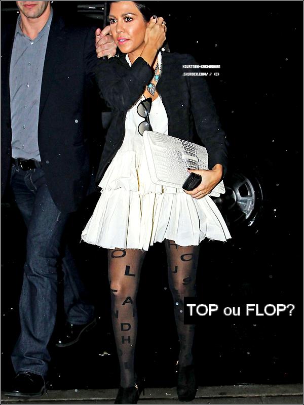 01.10.11 : Kourtney a été vue rentrant au Gansevoort Hotel à Gramercy Park à NYC. Côté tenue: c'est tout à fait Kourtney. J'adore ses bas. J'aime pas trop la GROSSE pochette. TOP! .