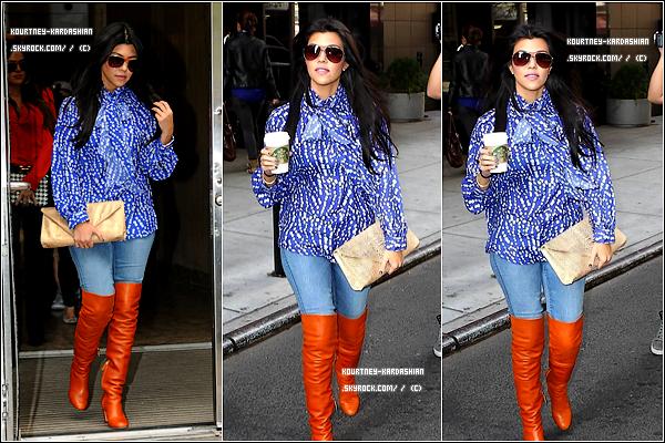 11.10.11 :Kourtney et Khloé fesant quelques courses en passant par Starbuck Coffee. Côté tenue: alors, j'adhère pas, les bottes oranges, le haut bleu, c'est pas carnaval! GROS FLOP! .