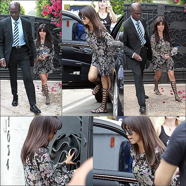 """. 11.07.13 : - Kourtney arrive chez Bruce Jenner pour commencé à tourner 'L'Incroyable Famille Kardashian."""" ."""