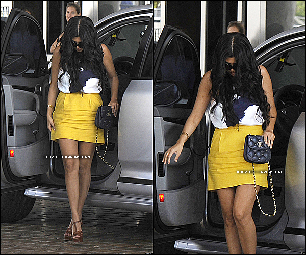 07.04.11 : Kourtney photographié alors qu'elle quitter le magasin DASH à Miami.