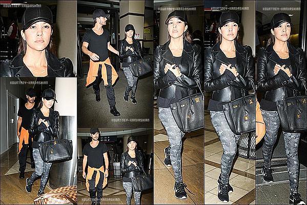 . 09/10/13 : Kourtney était à l'aéroport JFK, dans New York City, venant tout juste d'attérir.Du côté de sa tenue, je n'aime que son pantalon. Je trouve le chapeau pas top, je ne suis pas fan des bottines aussi. .