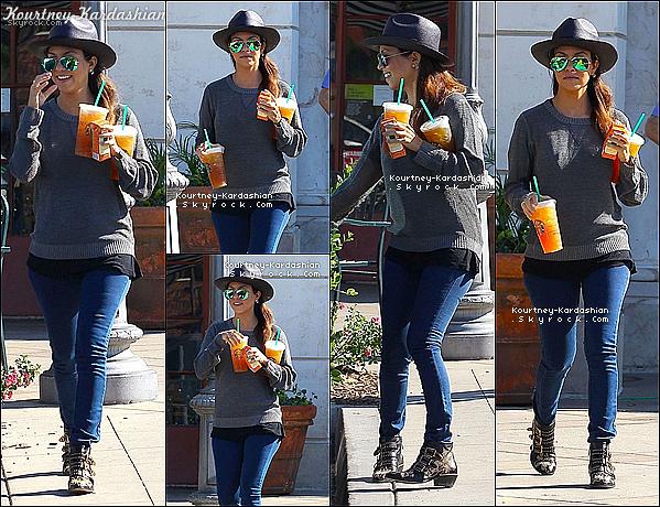 """. 09/11/13 : Kourtney aperçue sortant d'un """"Starbucks"""" chez elle à Calabasas. ."""