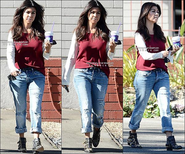 . 14/11/13 :  Kourtney a pris un  café à Coffee Bean et est allée au illuminate Studios. .