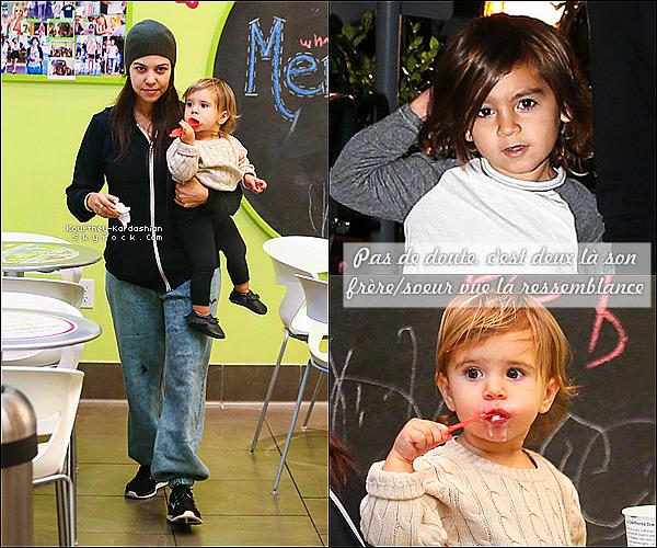 """. 17/11/13 :  Kourtney et ses enfants ont été goûter au """"Menchie's Frozen Yogurt"""".Après un samedi à l'aquarium, ce dimanche c'est au centre commercial , sortie de la petite famille une fois encore sans Scott. ."""