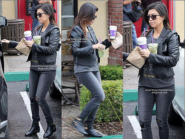 . 01/03/14 :  Kourtney Kardashian est allée seule se chercher un café à Calabasas. .