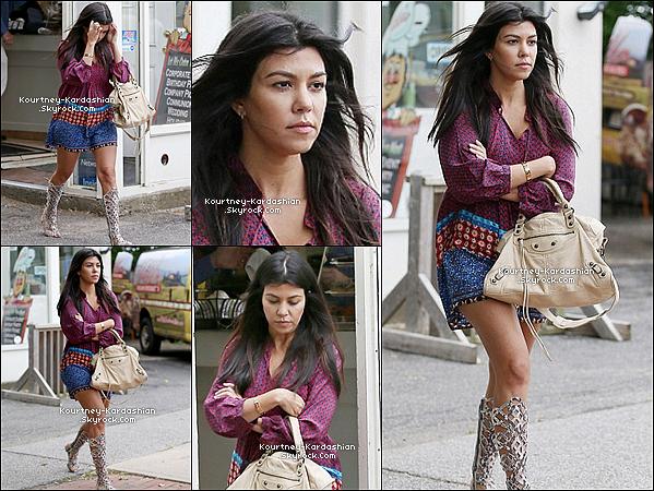 * 04/06/14 : Notre Kourtney toujours dans les Hamptons faisait plus ou moins les magasins toute la journée.Kourtney à changée de tenue plusieurs fois dans la même journée,  car ils sont filmés. Vêtement amples = aucun signe de grossesse.*