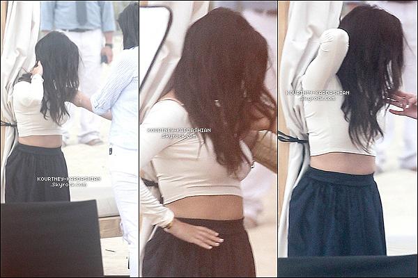 "* 16/06/14 : Kourtney sortant du restaurant ""Serafina"" après avoir dînée avec Kim dans la Grosse Pomme.*"
