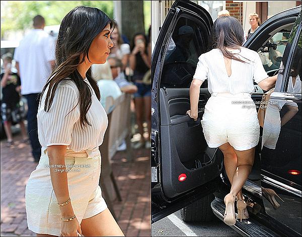 """* 30/06/14 : De retour à Southhamptons, Kourtney part déjeuner avec sa soeur Kim au restaurant """"75 Main"""".*"""