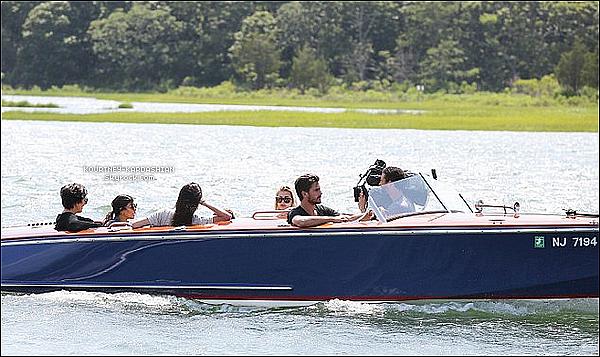 * 01/07/14 : Kourtney, Scott, Kris avec Mason et la petite Penny sont retourner faire du bateau dans Hamptons.*