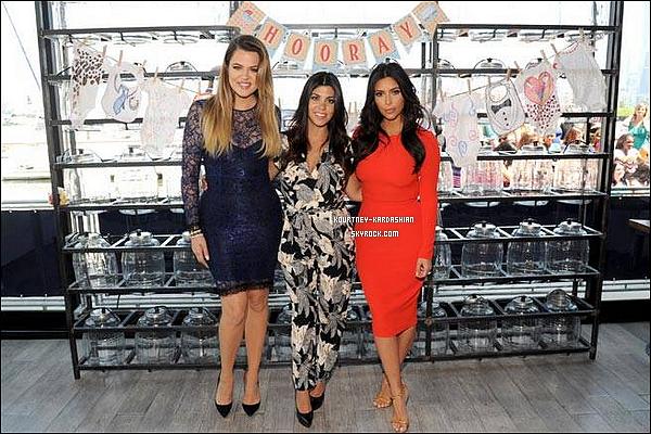 """* 07/07/14 : Kourtney et ses deux soeurs à la boutique """"Babies R Us"""" pour l'opération Shower à New-York.Kourtney était tout simplement sublime, comme ses soeurs, Khloé et Kim. Kourtney avait une sacoche Chanel. TOP!*"""