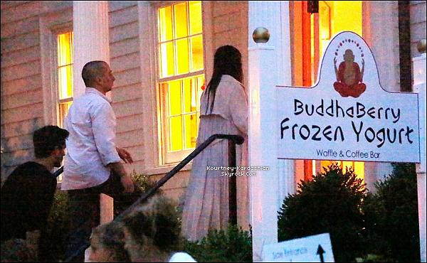 * 01/08/14 : Kourtney aperçue le soir allant se chercher une glace au Buddha Berry Frozen Yogurt  de Sag harbor.*