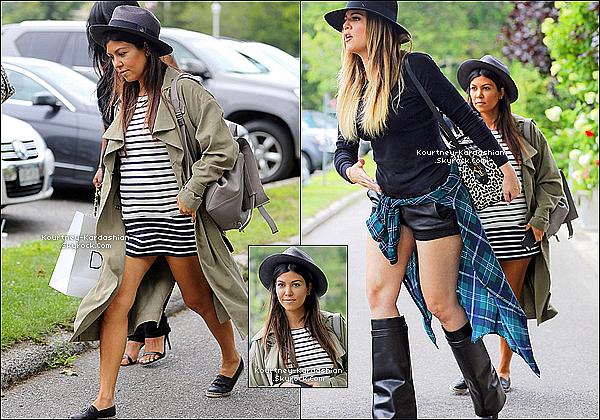 * 05/08/14 : Kourt' avec Khloé et des amis se rendant à la boutique Dash des Hamptons.*