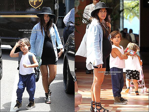 * 21/08/14 : Kourtney et son petit Mason étaient ensemble à La Jolla en Californie.*
