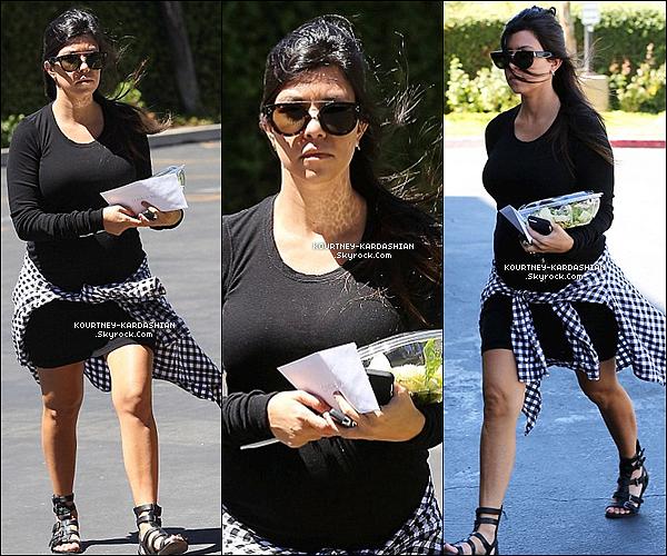 """28/08/14 : Kourt, salade en main se rendait dans un studio à Los Angeles pour Keeping Up With The Kardashians.Kourtney portait des chaussures """"gladiateur"""", pour qui ont le sait elle craque de Sigerson Morrison. Avec une petite robe noir moulante."""