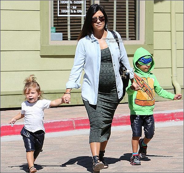 06/09/14 : C'est une rayonnante maman qui faisait du shopping avec Mason et Penelope dans Calabasas.Comme la petite Penny a grandie, elle devient de plus en plus mignonne avec son style. Kourtney sublime comme toujours.