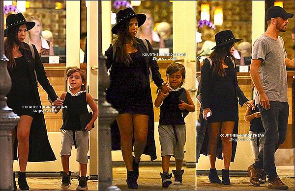 11/09/14 : Kourtney aperçue à la pointe de la mode avec son fils Mason dans Calabasas, en Californie.Kourtney sublime malgré le tout en noir, ces bottines sont signés Saint Laurent.Rien à dire, c'est encore un superbe top  .