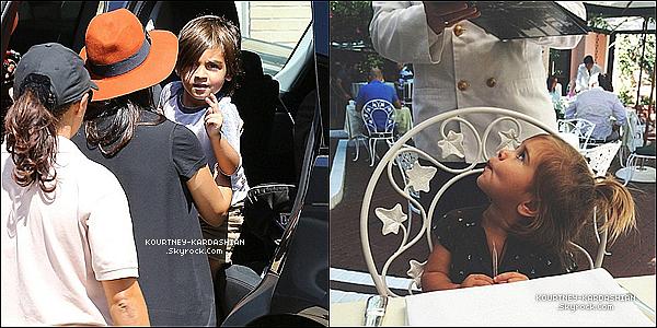 """13/09/14 : Notre belle Kourt' avec ses deux enfants se rendait au restaurant """"New York Barney's"""" à Beverly Hills.J'avoue que j'ai du mal à comprendre pourquoi elle a mis deux vestes par dessus, une longue et une courte. C'est étrange ! BOF..."""