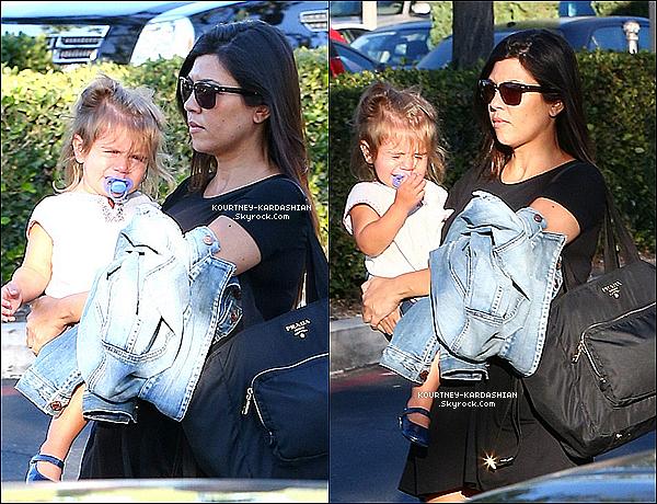 15/09/14 : Kourtney Kardashian était en tenue décontract' avec des Nike à une station service à Los Angeles.Kourtney portait donc comme je l'ai dit des Nike Trainers, un legging orange -trés voyant-, avec un débardeur gris tout simple.