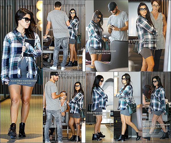 10/10/14 :  Le couple Kourt / Scott allant ensemble à l'aéroport LAX de Los Angeles pour prendre un avion.Kourtney portait encore ses bottine Saint Laurent pour prendre un avion ainsi que sa robe moulante noire, et un chapeau.