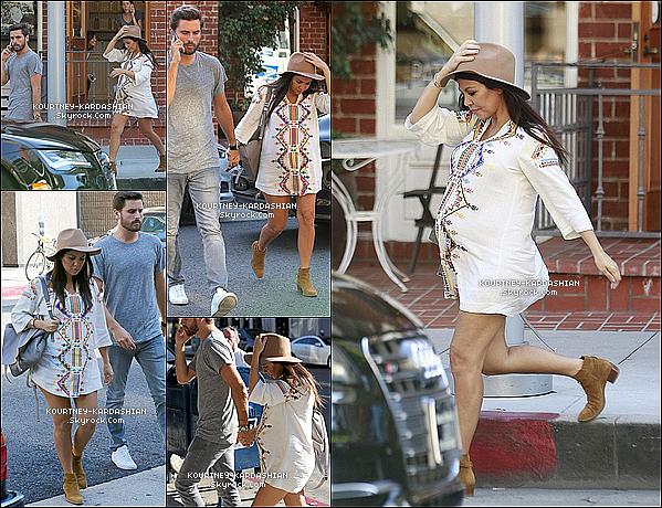 16/10/14 :  C'est main dans la main que le couple, Kourtney et Scott quittaient un restaurant de Los Angeles.Cette (courte) robe que porte Kourt' vient de la collection de Kate Moss pour Topshop, la miss est peu -voir pas du tout- maquiller !