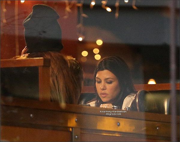 """17/11/14 :  Kourtney, se rendant au restaurant """"Kate Mantilini"""" à Topanga rejoindre Khloé et Kendall & Kylie. Kourtney devrait accoucher dans vraiment pas longtemps, mais à l'air en pleine forme et surtout pleine de style. Top!"""
