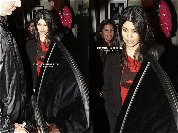05/02/15 :  Kourtney à été vue avec son amie Nicole Richie sortant d'un restaurant Mexicain à Sherman Oaks.La belle portait un t-shirt rouge avec écrit en français -Je suis Batman- un jolie clin d'oeil pour nous. Elle avait une mine assez fatiguée.