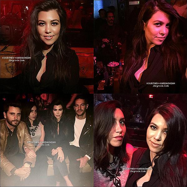 . 21/02/2015 : Kourtney  et son boyfriend Scott faisant la fête dans la boîte « Club 1 Oak  » de Las Vegas. Kourtney semblait reposée & avait l'air de bien s'amuser. Malgré 3 enfants, le couple trouve le temps de sortir et c'est une bonne chose. .