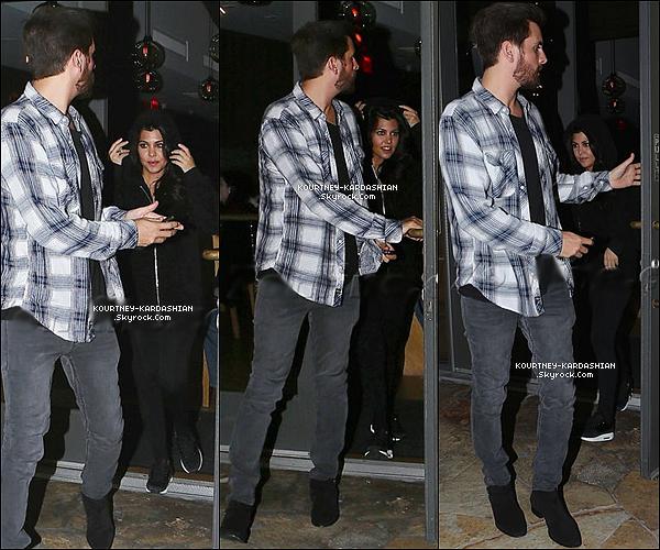 . 23/02/2015 : Miss Kourtney et Scott quittant le soir, le célèbre « Marmalade Cafe  » situé à Calabasas, CA. Une tenue tout de noire pour Kourtney, elle semble beaucoup plus réposée désormais. Ses cheveux un peu ondulés étaient canon. .