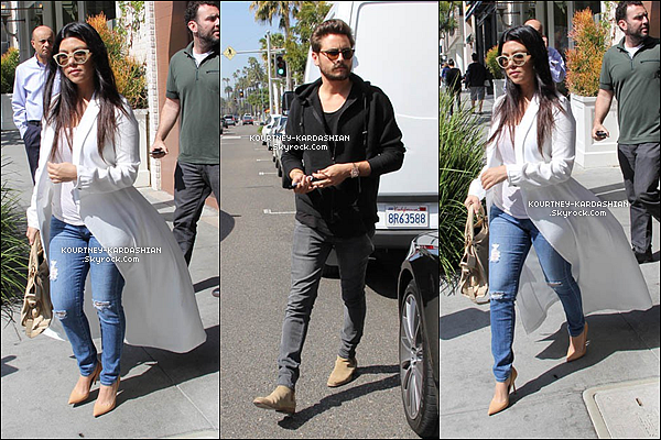 "CANDID | EVENT | SHOOTING | INSTAGRAM | EMISSION | AUTRES    09/03/15 : C'est  très classe, que Kourt' sortait en compagnie de Scott d'un restaurant de Beverly Hills.J'adore la tenue, mais ja craque complètement pour son petit sac beige de la marque ""Balenciaga"" assortis aux escapins."