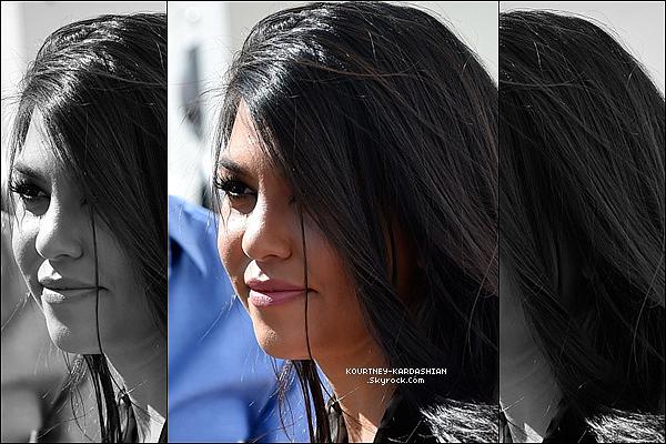 CANDID |  EVENT | SHOOTING | INSTAGRAM | EMISSION | AUTRES    21/03/15 : Kourtney Kardashian s'est rendue à Las Vegas pour animer une fête au «  Marquee Dayclub  ».La belle était jolie, mais aurait pu faire mieux en robe. J'adore son sourire, ses cheveux et on voyait qu'elle était heureuse.