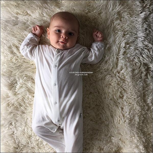 CANDID |  EVENT | SHOOTING | INSTAGRAM | EMISSION | AUTRES    02/04/15 : Découvrez la petite bouille de Reign Aston Disick grâce à cette 1e photo, postée par Kourt'.L'heureuse maman a accompagnée sa photo de la légende suivante : « Ma petite tourterelle ange de bébé Reign Aston Disick.»