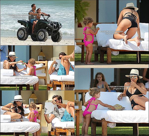 09/05/15 : La petite famille toujours sous le soleil de Punta Mita au Mexique pour des vacances. Je suis tellement fière de Scott qui est beaucoup plus proche de ses enfants, surtout Penny. Je craque, c'est adorable. POSTED BY CINDY ON MAY 11TH 2015