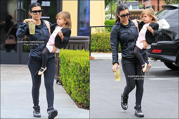 21/05/15 : Kourtney et petite Penelope arrivaient au studio de danse où Kim et North étaient également.Penelope semble adorer ses cours de danses, elle s'y rend quotidiennement et la petite Nori West semble elle aussi adhérer. POSTED BY CINDY ON MAY 22TH 2015