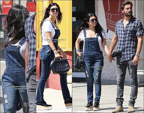 29/05/15 : Les jeunes parents Kourtney et Scott ont fait du shopping au nord d'Hollywood, complice.Je craque pour la combi en jeans qui la met en valeur -surtout des jambes-  mais beurk les chaussures. TOP quand même. POSTED BY CINDY ON MAY 30TH 2015