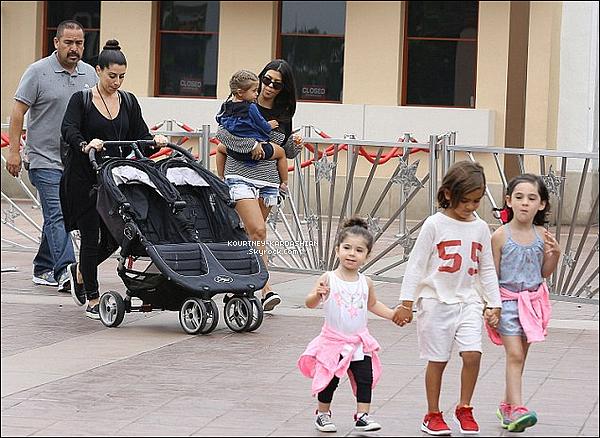 12/06/15 : Kourtney était avec Mason, Penelope et leurs amis au studio Universal à Los Angeles.J'adore la tenue de Kourtney et surtout ses chaussures. Penelope est juste sublime, déjà toute craquante à son âge. POSTED BY CINDY ON JUNE 14TH 2015