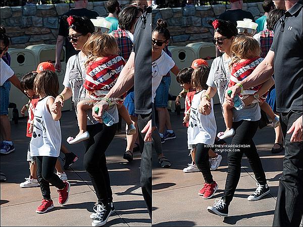 15/06/15 : Une partie de la famille a fêté l'anniversaire de la petite North West à Disneyland.On retrouve Kim, Kanye, North, Kourt', Kylie, Kendall, Tyga, Mason et Penelope de présent. Kourt' est sublime ! POSTED BY CINDY ON JUNE 19TH 2015