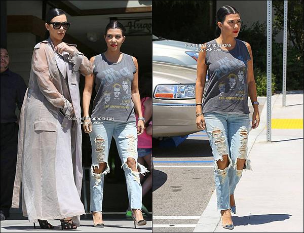 """14/07/15 : Les trois soeurs quittant un restau à Los Angeles, filmant """"Keeping Up With The Kardashians"""" .Kourtney Kardashian est très belle et garde le sourire. On apprécie également de voir les trois soeurs ensemble et complices.  POSTED BY CINDY ON JULY 15TH 2015"""