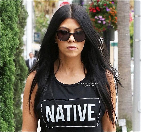 20/07/15 : Kourtney quittant le magasin pour enfants « Trico Field  » situé à Beverly Hills.Avec ses cheveux longs et lisses comme ça, j'ai l'impression de la revoir quelques années en arrière. Top !  POSTED BY CINDY ON JULY 22TH 2015