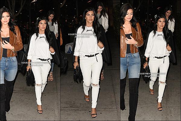 29/07/15 : On retrouve Ko' et ses deux demi-soeurs : Kendall et Kylie au « Mastro's restaurant   » de L.A.C'est toujours bien d'avoir des sorties entres soeurs, mais on apprécie d'avantage quand c'est entre les trois demi-soeurs. POSTED BY CINDY ON JULY 30TH 2015